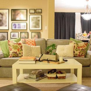 Immagine di un piccolo soggiorno minimal aperto con sala giochi, moquette, TV autoportante e pareti gialle