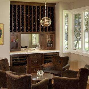 Modelo de sala de estar con barra de bar contemporánea con paredes beige
