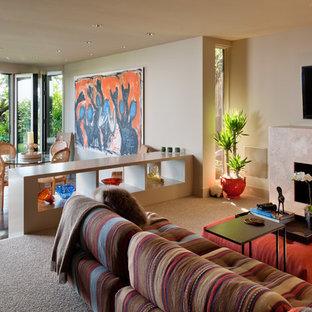 Réalisation d'une salle de séjour design avec béton au sol.