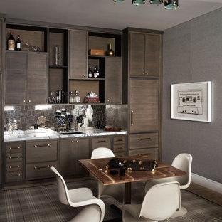Immagine di un soggiorno minimal con pareti grigie, pavimento in legno massello medio, pavimento marrone e carta da parati