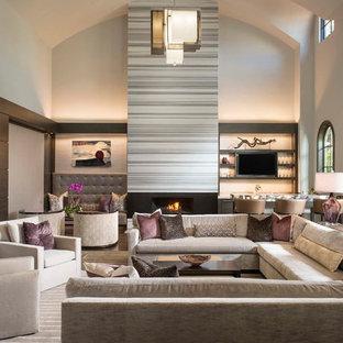 Offenes Modernes Wohnzimmer mit beiger Wandfarbe, Gaskamin, Hausbar und Wand-TV in Dallas