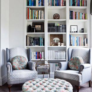 Diseño de sala de estar con biblioteca contemporánea, pequeña, con paredes blancas y moqueta