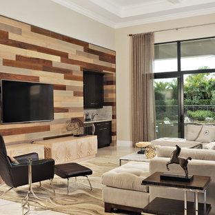 Modelo de sala de estar con barra de bar abierta, contemporánea, grande, sin chimenea, con televisor colgado en la pared, paredes beige y suelo de mármol
