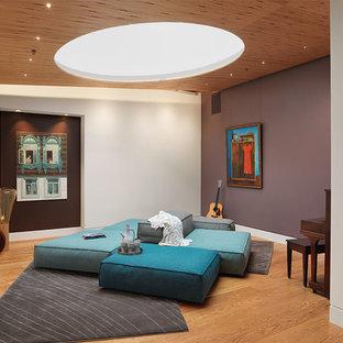 Ispirazione per un soggiorno design aperto con sala della musica, pareti viola, pavimento in legno massello medio, nessun camino e nessuna TV