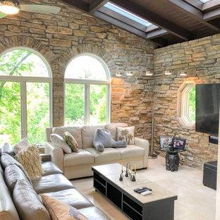 Immagine di un soggiorno contemporaneo di medie dimensioni e aperto con pareti bianche, TV a parete, pavimento beige e pavimento in gres porcellanato