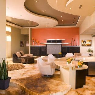 Пример оригинального дизайна интерьера: гостиная комната в современном стиле с домашним баром