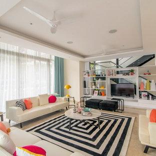 Modelo de sala de estar abierta, actual, con paredes blancas, televisor independiente y suelo beige