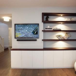 Exemple d'une salle de séjour tendance avec un mur marron, un sol en bois foncé et un téléviseur fixé au mur.