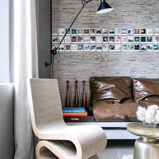Diseño de sala de estar contemporánea con paredes multicolor y suelo de madera clara