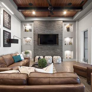 Idées déco pour une salle de séjour contemporaine avec un mur gris, un sol en bois foncé, un téléviseur fixé au mur et un sol marron.