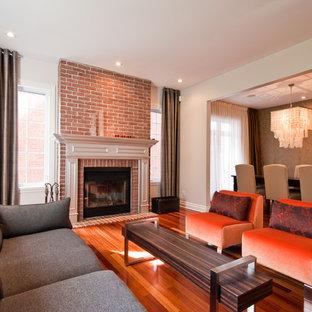 他の地域のコンテンポラリースタイルのおしゃれなファミリールーム (レンガの暖炉まわり) の写真