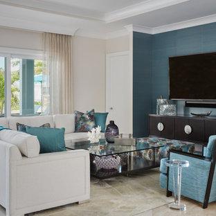 Idee per un ampio soggiorno stile marino aperto con pareti bianche, pavimento in travertino, nessun camino, TV a parete e pavimento bianco