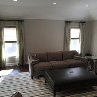 ニューヨークの大きいコンテンポラリースタイルのおしゃれな独立型ファミリールーム (緑の壁、無垢フローリング、標準型暖炉、レンガの暖炉まわり、壁掛け型テレビ) の写真