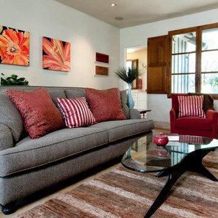 Ispirazione per un grande soggiorno design con libreria, pareti beige, nessun camino, parete attrezzata e pavimento multicolore