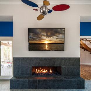 シャーロットの中サイズのコンテンポラリースタイルのおしゃれなオープンリビング (ベージュの壁、スレートの床、横長型暖炉、タイルの暖炉まわり、壁掛け型テレビ) の写真