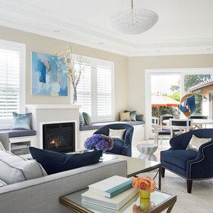 サンフランシスコの中サイズのコンテンポラリースタイルのおしゃれなファミリールーム (ベージュの壁、セラミックタイルの床、標準型暖炉、石材の暖炉まわり、テレビなし、ベージュの床) の写真