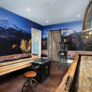 Diseño de sala de juegos en casa cerrada, de estilo de casa de campo, con suelo de madera oscura