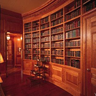 Idee per un soggiorno classico di medie dimensioni e chiuso con libreria, pareti marroni e pavimento in legno massello medio
