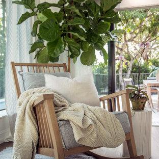 Idee per un soggiorno scandinavo di medie dimensioni e aperto con pareti bianche, pavimento in gres porcellanato, nessun camino e pavimento beige