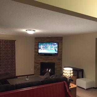ミネアポリスの中サイズのモダンスタイルのおしゃれなファミリールーム (ベージュの壁、カーペット敷き、コーナー設置型暖炉、石材の暖炉まわり、コーナー型テレビ) の写真