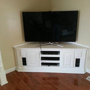 他の地域の中サイズのトラディショナルスタイルのおしゃれな独立型ファミリールーム (ベージュの壁、無垢フローリング、暖炉なし、据え置き型テレビ、茶色い床) の写真
