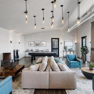 Diseño de sala de juegos en casa abierta, clásica renovada, sin chimenea, con paredes blancas, televisor colgado en la pared y suelo marrón