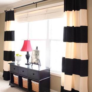 Diseño de sala de estar clásica con paredes beige y moqueta
