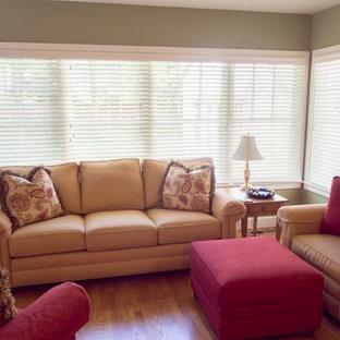 Ispirazione per un soggiorno tradizionale chiuso con pareti verdi, pavimento in legno massello medio, nessun camino e parete attrezzata