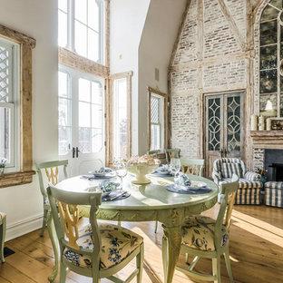 ボストンの大きいトラディショナルスタイルのおしゃれなファミリールーム (白い壁、無垢フローリング、標準型暖炉、レンガの暖炉まわり、テレビなし、茶色い床) の写真