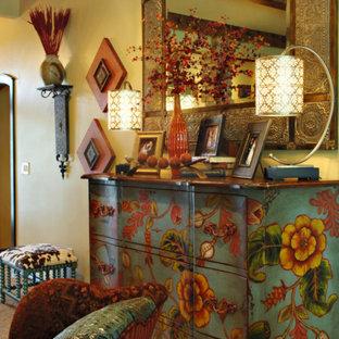 ダラスの広いサンタフェスタイルのおしゃれなオープンリビング (ベージュの壁、淡色無垢フローリング、標準型暖炉、レンガの暖炉まわり) の写真