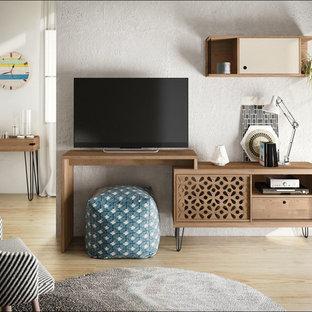 Imagen de sala de estar tipo loft, de estilo de casa de campo, pequeña, con paredes grises, suelo de madera clara, televisor independiente y suelo marrón