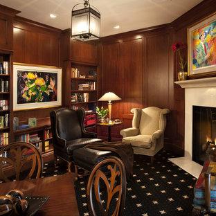 Imagen de sala de estar con biblioteca cerrada, tradicional, pequeña, sin televisor, con paredes marrones, moqueta, chimenea tradicional y suelo negro