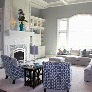 Ispirazione per un ampio soggiorno shabby-chic style aperto con pareti grigie, moquette, camino classico, cornice del camino piastrellata e TV nascosta