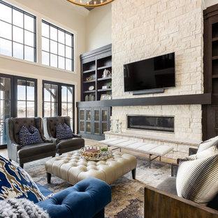 Imagen de sala de estar abierta, tradicional renovada, grande, con paredes beige, suelo de madera clara, marco de chimenea de piedra, televisor colgado en la pared, chimenea lineal y suelo marrón