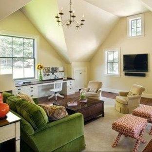 Idées déco pour une salle de séjour campagne de taille moyenne et fermée avec un mur beige, un sol en bois brun, un téléviseur fixé au mur et un sol rouge.