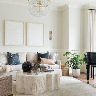 Foto de sala de estar con rincón musical cerrada, costera, pequeña, sin televisor, con paredes blancas, suelo de madera en tonos medios y suelo multicolor