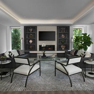 Modernes Wohnzimmer mit weißer Wandfarbe, Gaskamin, Wand-TV und braunem Boden in Detroit