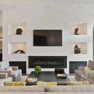 Immagine di un ampio soggiorno tradizionale aperto con angolo bar, pareti bianche, parquet chiaro, camino lineare Ribbon, cornice del camino in metallo, TV a parete e pavimento beige