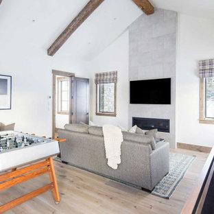 ジャクソンのラスティックスタイルのおしゃれな独立型ファミリールーム (ゲームルーム、淡色無垢フローリング、横長型暖炉、タイルの暖炉まわり、壁掛け型テレビ) の写真