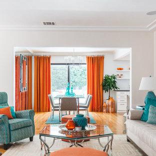 Cette image montre une salle de séjour bohème fermée avec salle de jeu, un mur blanc, un sol en bois brun et un sol orange.