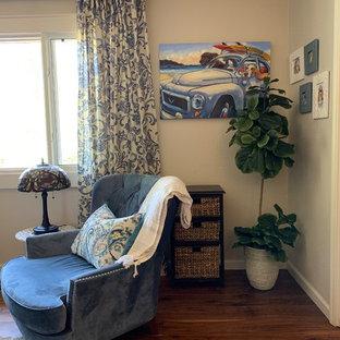 フェニックスの中サイズのトランジショナルスタイルのおしゃれな独立型ファミリールーム (ベージュの壁、無垢フローリング、暖炉なし、コーナー型テレビ) の写真