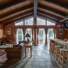 Traditional Family Room Cozy Lake Tahoe Cabin - Great Room