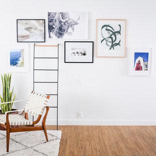 Imagen de sala de estar tipo loft, escandinava, pequeña, con paredes blancas, suelo vinílico, televisor colgado en la pared y suelo marrón