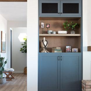Foto de sala de estar abierta, campestre, de tamaño medio, con paredes blancas, suelo de baldosas de porcelana, chimenea lineal, marco de chimenea de yeso, televisor colgado en la pared y suelo beige