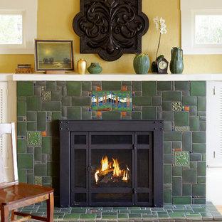 Inspiration pour une salle de séjour craftsman avec un mur jaune, un sol en bois clair, une cheminée standard et un manteau de cheminée en carrelage.