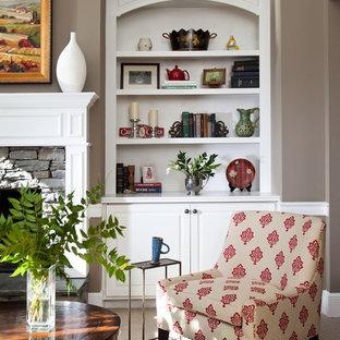 Idee per un grande soggiorno chic aperto con pareti beige, moquette, camino classico, cornice del camino in pietra e TV nascosta