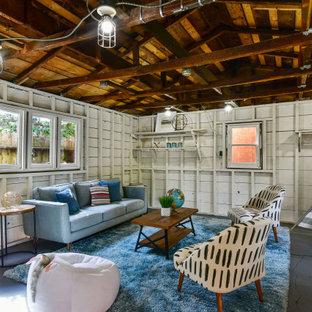 Immagine di un soggiorno chic con pareti bianche, pavimento in cemento, pavimento grigio, travi a vista, soffitto a volta, soffitto in legno e pareti in perlinato