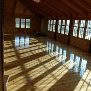 Ejemplo de sala de estar abierta, de estilo de casa de campo, extra grande, con paredes multicolor, suelo de madera clara, estufa de leña, marco de chimenea de ladrillo y suelo amarillo