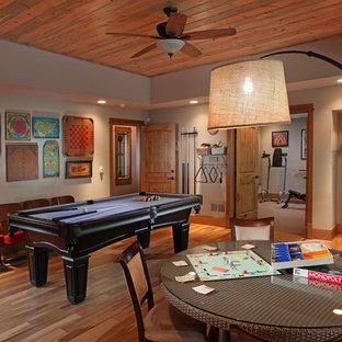 Foto di un grande soggiorno classico chiuso con pareti grigie, pavimento in legno massello medio, nessun camino e sala giochi