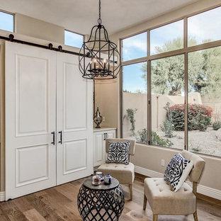 Foto de sala de estar abierta, tradicional renovada, pequeña, con paredes beige, suelo de madera en tonos medios y suelo multicolor